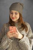 Muchacha adolescente que usa un smartphone Imagenes de archivo
