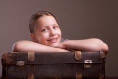 Muchacha adolescente que va el vacaciones Imágenes de archivo libres de regalías