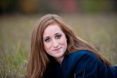 Muchacha adolescente Red-headed que miente en hierba Fotos de archivo