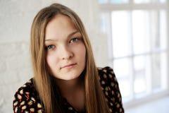 Muchacha adolescente regordeta hermosa con el pelo largo Imágenes de archivo libres de regalías
