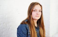 Muchacha adolescente regordeta hermosa con el pelo largo Imagen de archivo
