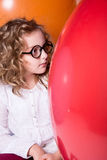 Muchacha adolescente rizada hermosa, elegante en vidrios en el fondo de Fotos de archivo