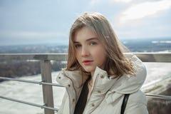 Muchacha adolescente rubia adorable joven que se divierte en la plataforma de observación con vistas al cielo nublado de la prima Imagen de archivo libre de regalías