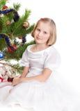 Muchacha adolescente rubia bajo el árbol de navidad Foto de archivo libre de regalías