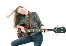 Muchacha adolescente rubia con la guitarra baja eléctrica contra el fondo blanco Imagen de archivo