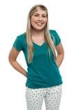 Muchacha adolescente rubia de pelo largo en casual Fotografía de archivo