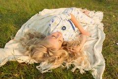 Muchacha adolescente rubia descalza encantadora hermosa cansada del pintor nosotros Fotografía de archivo
