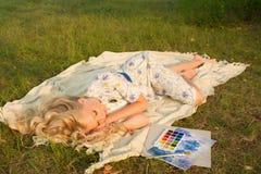 Muchacha adolescente rubia descalza encantadora hermosa cansada del pintor nosotros Fotos de archivo
