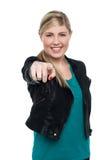 Muchacha adolescente rubia elegante que le señala Imagen de archivo libre de regalías