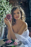 Muchacha adolescente rubia en un vestido blanco Fotografía de archivo
