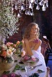 Muchacha adolescente rubia en un vestido blanco Fotos de archivo libres de regalías
