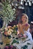 Muchacha adolescente rubia en un vestido blanco Imagen de archivo