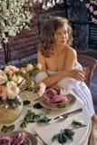 Muchacha adolescente rubia en un vestido blanco Foto de archivo