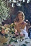 Muchacha adolescente rubia en un vestido blanco Imágenes de archivo libres de regalías