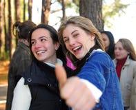 Muchacha adolescente rubia feliz con los pulgares para arriba imagenes de archivo