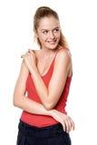 Muchacha adolescente rubia hermosa en el top rojo que se coloca ocasional Foto de archivo