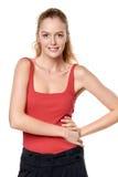 Muchacha adolescente rubia hermosa en el top rojo que se coloca ocasional Fotografía de archivo