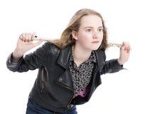 Muchacha adolescente rubia joven con la flauta en estudio contra el fondo blanco Foto de archivo