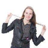 Muchacha adolescente rubia joven con la flauta en estudio contra el fondo blanco Fotos de archivo