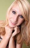 Muchacha adolescente rubia joven hermosa en estudio Foto de archivo libre de regalías