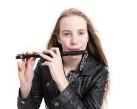 Muchacha adolescente rubia joven y flauta de flautín en estudio contra el fondo blanco Fotos de archivo libres de regalías