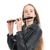 Muchacha adolescente rubia joven y flauta de flautín en estudio contra el fondo blanco Imagen de archivo libre de regalías