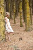 Muchacha adolescente rubia magnífica en bosque Imágenes de archivo libres de regalías