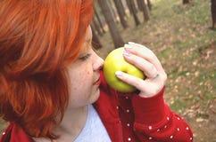 Muchacha adolescente sana con la manzana Imagen de archivo libre de regalías