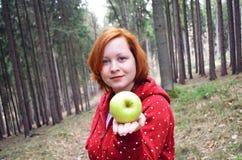 Muchacha adolescente sana con la manzana Fotografía de archivo libre de regalías