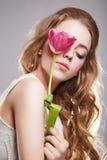 Muchacha adolescente sensual con la flor del tulipán Imagenes de archivo