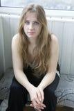 muchacha adolescente seria con la sentada larga del pelo Imágenes de archivo libres de regalías