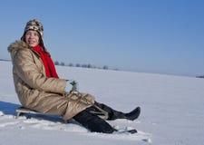 Muchacha adolescente sledding de una colina Fotos de archivo libres de regalías