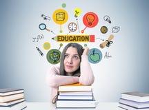 Muchacha adolescente soñadora en una tabla y un bosquejo de la educación Foto de archivo libre de regalías