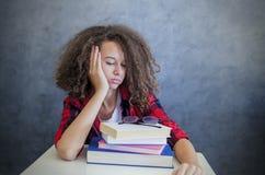 Muchacha adolescente soñolienta que descansa del aprendizaje Imagen de archivo libre de regalías
