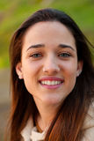 Muchacha adolescente sonriente afuera Imagen de archivo libre de regalías