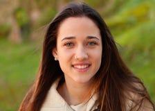 Muchacha adolescente sonriente afuera Foto de archivo