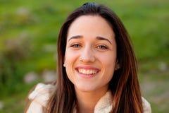 Muchacha adolescente sonriente afuera Imagen de archivo