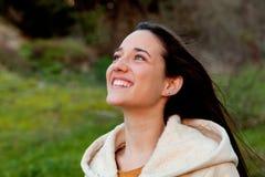 Muchacha adolescente sonriente afuera Foto de archivo libre de regalías