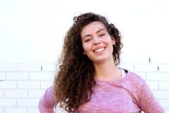 Muchacha adolescente sonriente con confianza Foto de archivo libre de regalías