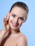 Muchacha adolescente sonriente con crema en cara Fotografía de archivo libre de regalías