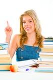 Muchacha adolescente sonriente con el dedo rised. Gesto de la idea Foto de archivo libre de regalías