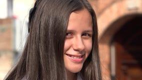 muchacha adolescente sonriente con el pelo largo Imagenes de archivo
