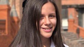muchacha adolescente sonriente con el pelo largo Fotografía de archivo