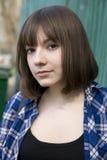 muchacha adolescente sonriente con el pelo largo Fotos de archivo