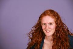 Muchacha adolescente sonriente con el pelo rojo Fotos de archivo libres de regalías