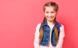 Muchacha adolescente sonriente con el pelo trenzado Foto de archivo libre de regalías