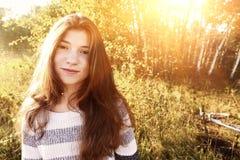 Muchacha adolescente sonriente con el retrato marrón largo del pelo Foto de archivo