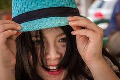 Muchacha adolescente sonriente con el sombrero azul Foto de archivo libre de regalías