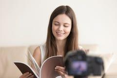 Muchacha adolescente sonriente con el vlog de la grabación del libro Fotos de archivo libres de regalías