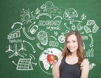 Muchacha adolescente sonriente con la manzana, ecología Imagen de archivo libre de regalías